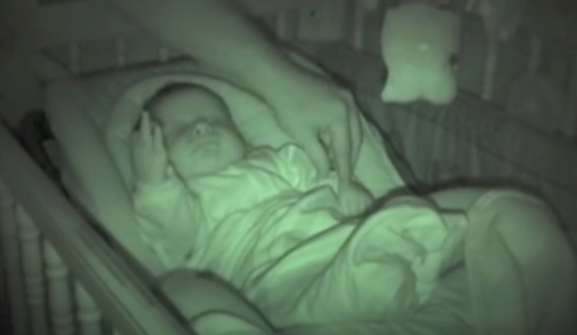 baby, sleep, arm, bébé, dors, dormir, criança, não, consigo, bonito, toddler, bebé, el, sueño, brazo, en, aire, noche, oscuri,viral video,babies videos,videos for babies,most viewed,most shared