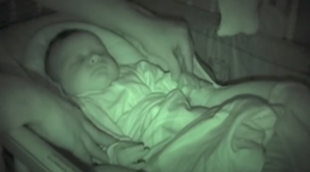 baby, sleep, arm, bébé, dors, dormir, criança, não, consigo, bonito, toddler, bebé, el, sueño, brazo, en, aire, noche, oscuri,viral video,babies videos,videos for babies,most viewed,most shared